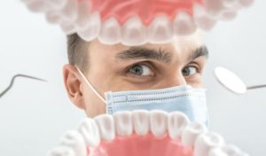 Установка протеза – моста на зубы
